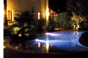 Piscina con proyector LED Eolia