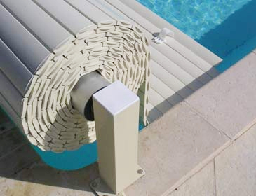 VOLEO, persiana elevada manual para piscina
